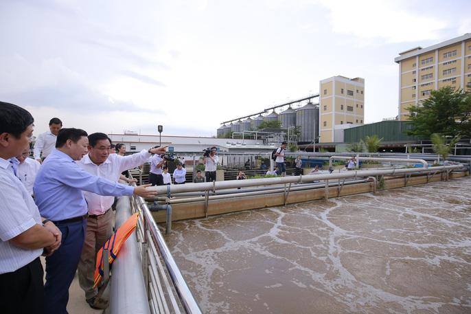Ông Dũng 'lò vôi' uống nước thải đã xử lý trước mặt Bộ trưởng TN-MT